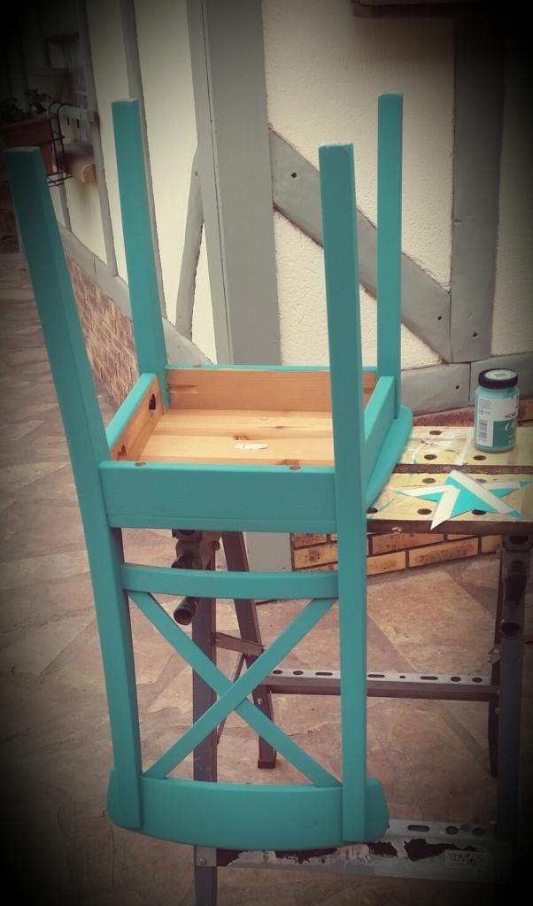 Après avoir essuyé la chaise pour la sécher correctement et être sûre qu'il ne reste pas de poussière, on commence la peinture par le dessous. Une première avec cette peinture et la, joie et bonheur, il n'y aura besoin que d'une couche!