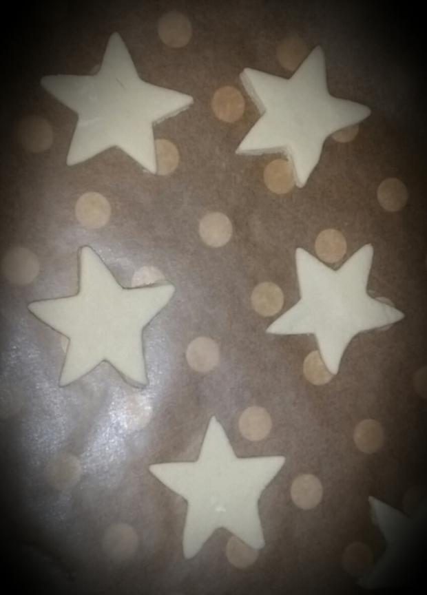 Une fois vos étoiles découpées, laissez les sécher 24h pour réduire le temps de cuisson (mais pas trop longtemps sinon ça s'effrite). Pour éviter que ça ne jaunisse j'ai couvert d'un papier aluminium avant de mettre au four à 75°c pendant 1h30 mais le temps de cuisson va dépendre de la taille et de l'épaisseur de l'objet...