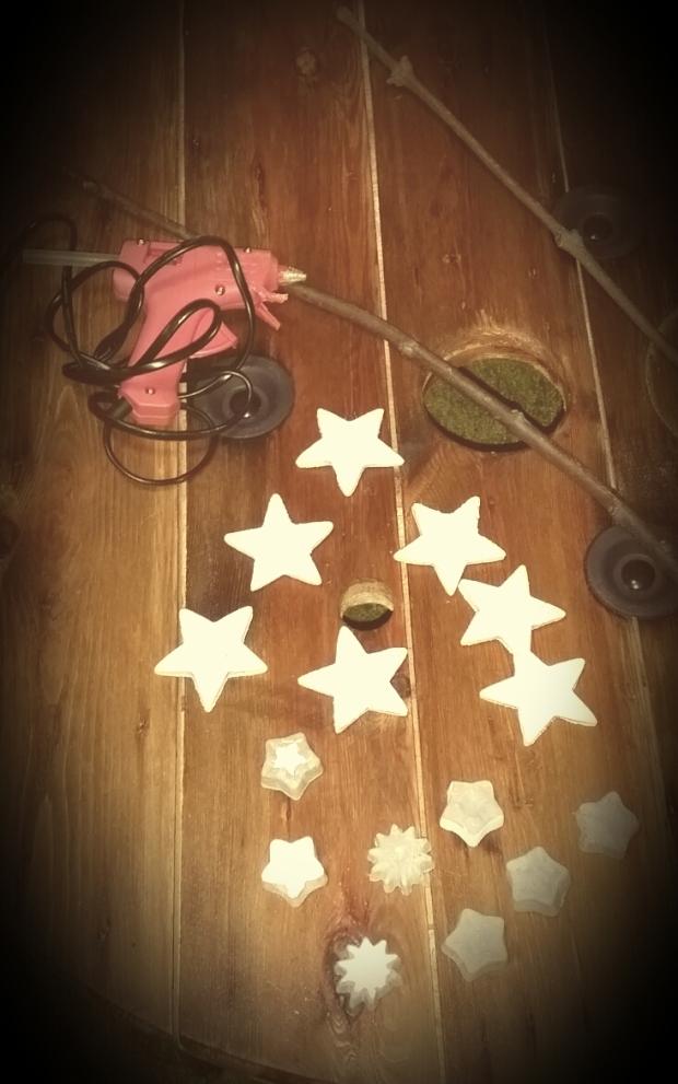 Une fois vos étoiles prêtes, une nouvelle activité à faire avec les enfants! Pourquoi pas ne pas les emmener en forêt (non pas pour faire une reconstitution du petit poucet) pour aller chercher des branches... Ca les amusera mais attention: ils peuvent se servir des branches comme d'armes alors soyez attentifs...Ensuite vous n'aurez plus qu'à sortir votre pistolet à colle pour fixer vos étoiles sur la branche