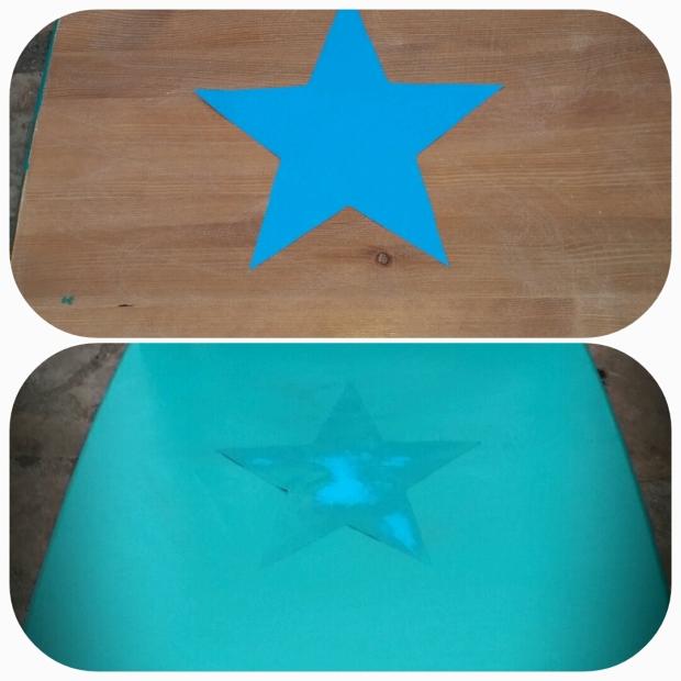 Après avoir attendu 2 heures que la peinture sèche, on passe au haut de la chaise et à l'assise. On colle bien le motif avec le scotch double face au milieu de la chaise (bon ça c'est à vue de nez...). Une fois l'etoile bien en place on commence à peindre mais un conseil, il se peut que certains coins de l'étoile rebique donc il vaut mieux peindre avec un mouvement vers l'extérieur autour de l'étoile.
